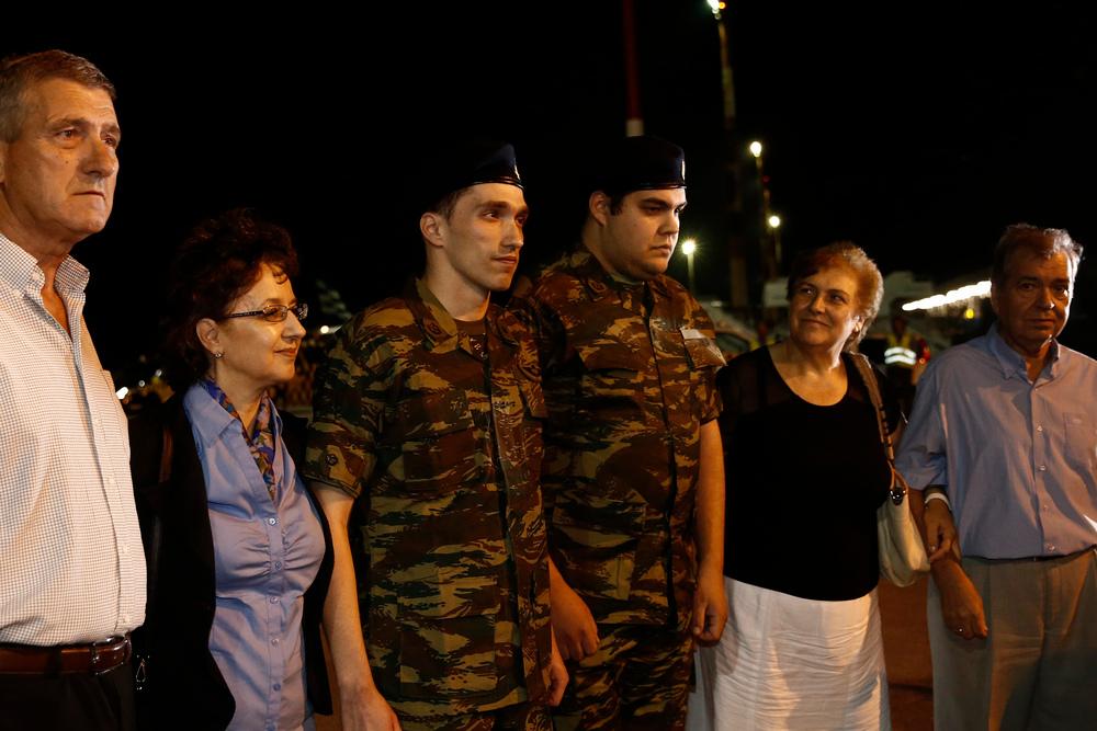 Οι γονείς των δύο Ελλήνων στρατιωτικών, υπολοχαγού Άγγελου Μητρετώδη και λοχία Δημήτριου Κούκλατζη, τους υποδέχονται την Τετάρτη 15 Αυγούστου 2018, στο αεροδρόμιο Θεσσαλονίκης